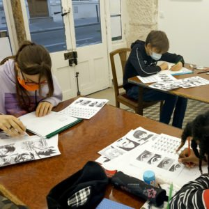 Elèves du cours de manga en atelier